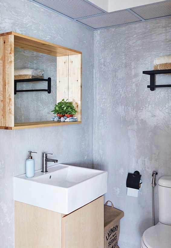 The couple wanted a raw look in the bathroom, and requested the walls to be cladded with concrete screed.