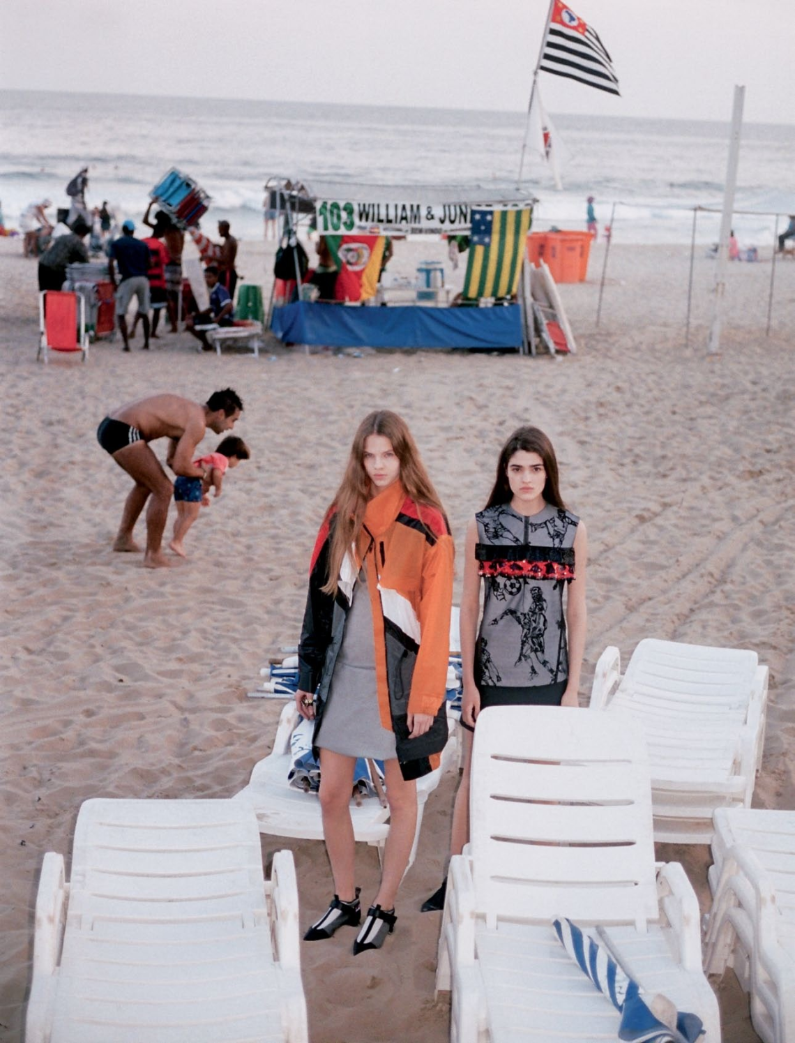 Julia Merkelbach (left) and Alexandra Micu (right) stand out in urban silhouettes on the beach