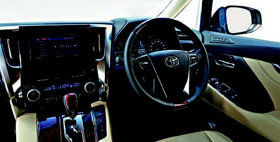 The steering wheel controls are intuitive, but the helm itself is vague and offers little feedback.