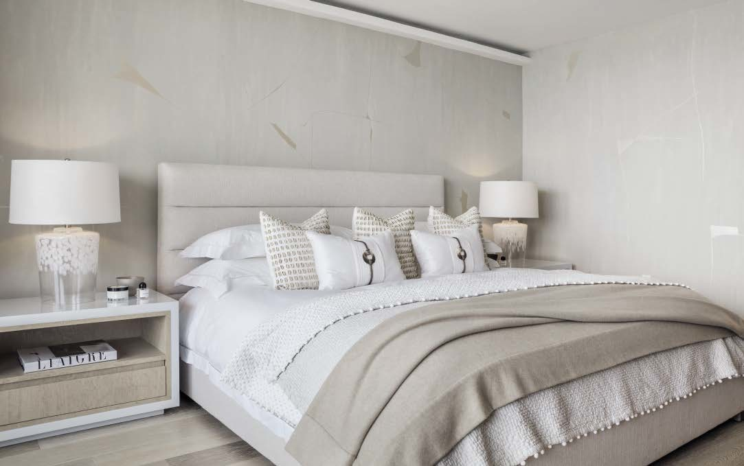 In the master bedroom, the Porter Teleo wallpaper has the same tones as the other decorative elements.