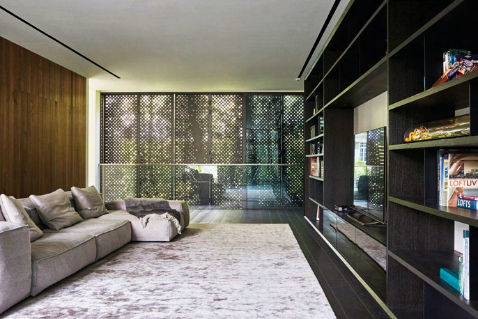 The porosity of the screens can be adjusted, in tandem with the sliding glass panels, to achieve the desired level of privacy, light and ventilation.