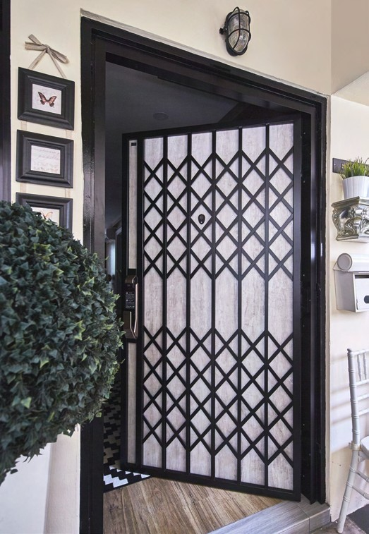 Evidently a houseproud owner, Ivanna decorated the entrance with artificial plants, photo frames and even Tiffany chairs that line the sidewalk. For the front door, the couple chose a vintageinspired grille from Doctor Doors.